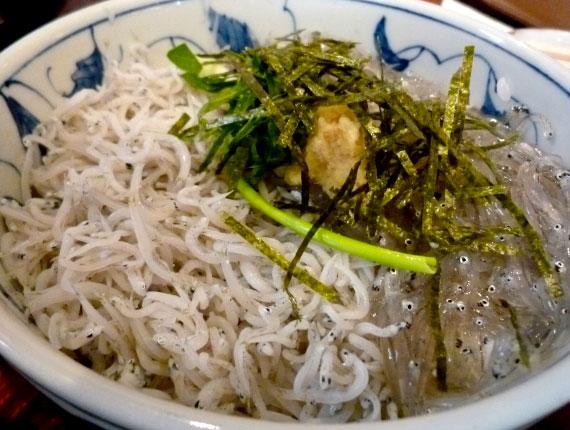 名物グルメ-鎌倉しらすの2色丼