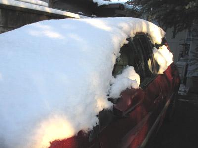 大雪の翌日の車