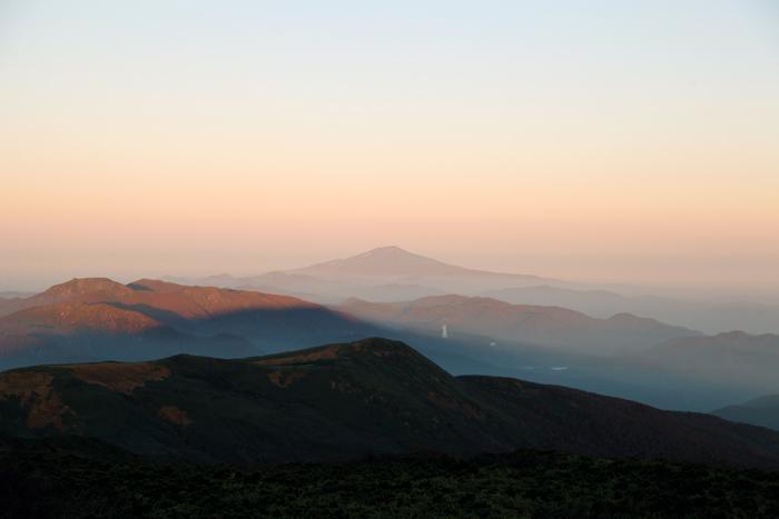 鳥海山と栗駒山の影