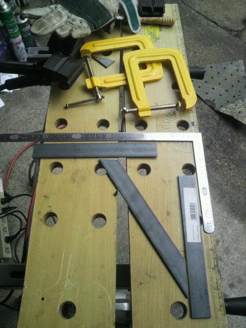 修理したジグソーで鉄材から切りだし