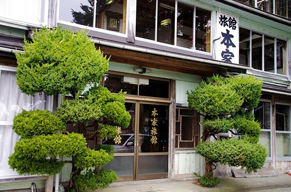 本家旅館の玄関