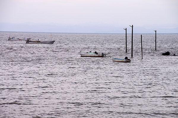 満潮の漁港