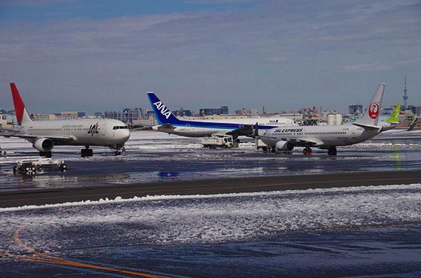 雪の羽田空港