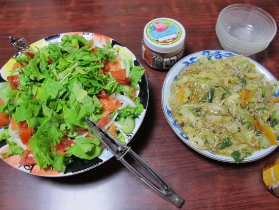 スモークサーモンとルッコラのサラダ、餃子の中身炒め