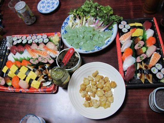 寿司、ぽんぽち塩焼き、こんにゃく刺身ハマボウフウ添え