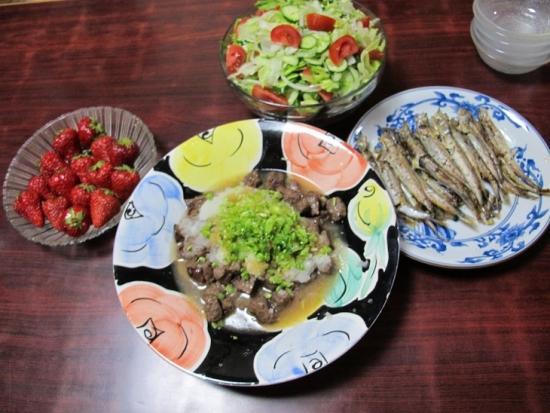 サイコロステーキ、シシャモ、サラダ、紅ほっぺ
