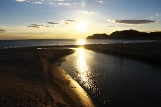 鎌倉・滑川河口の夕陽