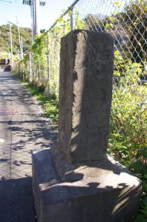 浦賀道(鎌倉):名越坂踏切脇の道標