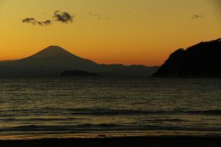 逗子海岸・夕暮れの富士山と江の島