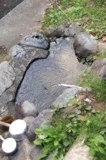 浦賀道(戸塚):滝の坂不動尊の手水鉢