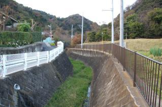 浦賀道(戸塚):新沢橋より新沢上流を望む