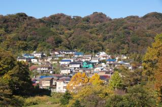不動の滝へのみちから木古庭の対岸の集落を見る