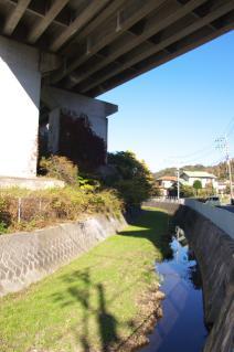 浦賀道(戸塚):横浜横須賀道路下にて下山川上流を望む