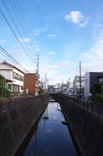 浦賀道(戸塚):衣笠駅付近で下平川下流を望む