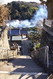 浦賀:東福寺本堂前から山門を見下ろす