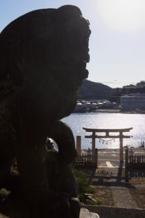 浦賀:東叶神社の狛犬越しに海を見下ろす