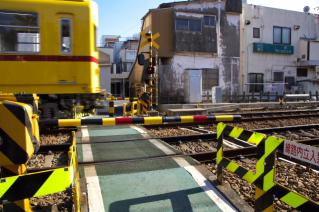 浦賀道(金沢):追浜〜京急田浦間の踏切を通過する資材運搬列車
