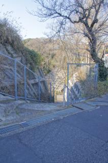 浦賀道(金沢):十三峠からの下り口(階段)