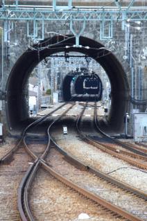 京浜急行:逸見駅ホームより安針塚方面のトンネル群を見通す