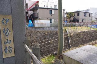 旧東海道:藤沢・伊勢山橋南側脇より小田急江ノ島線掘割を見下ろす
