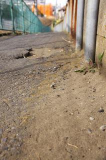 旧東海道:JR相模線脇の坂道に砂が溜まる