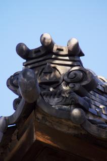 橋本・香福寺:鬼瓦の三鱗