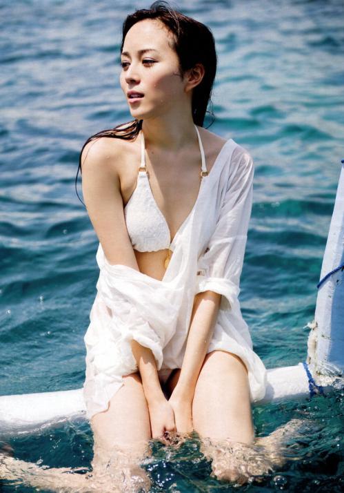 女優比嘉愛美の白ビキニ水着グラビア画像