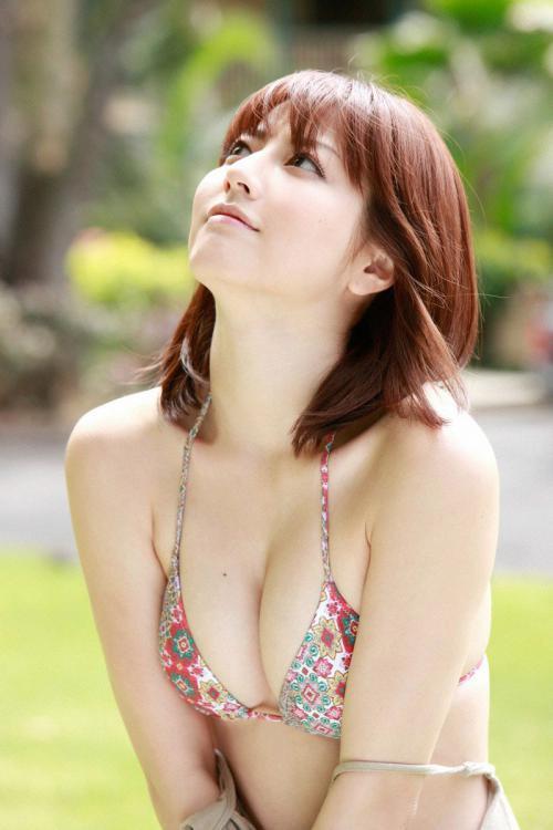 杉本有美のおっぱい寄せビキニ水着グラビア