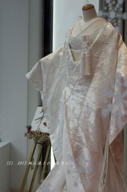 街角スナップ 大阪・梅田 ショーウィンドウの中のウェディングドレス1