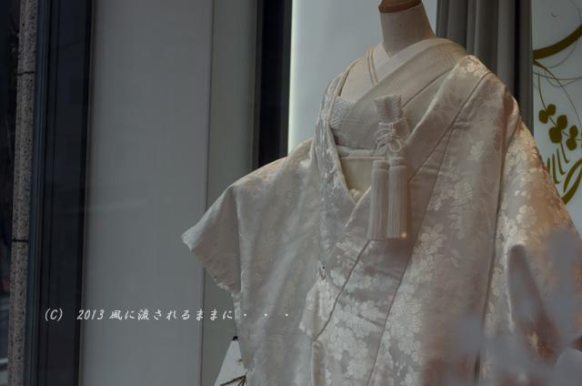 街角スナップ 大阪・梅田 ショーウィンドウの中のウェディングドレス2
