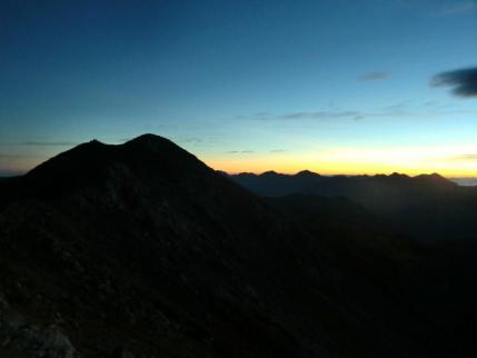 山頂と右側は後立山連峰