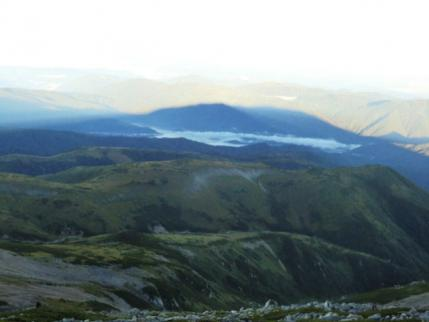 大きな薬師の影と、霧の下は有峰湖