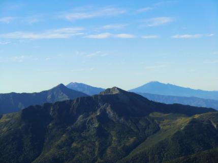 黒部五郎と笠ヶ岳、間に乗鞍岳と、右奥に御嶽山
