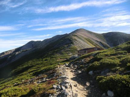 薬師岳山荘から山頂を振り返る