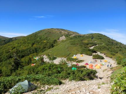 テン場と後方は太郎山
