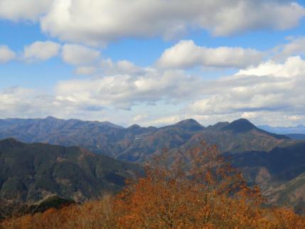 展望台から御荷鉾山塊