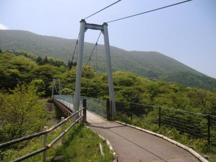 ふれあい橋、後方は鍋割稜線