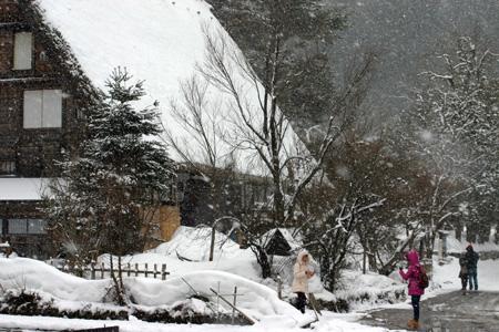 世界遺産 白川郷 ~厳しい冷え込みとなり、氷点下の冬日~茅葺き屋根も雪で白く ②
