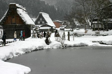 世界遺産 白川郷 ~厳しい冷え込みとなり、氷点下の冬日~茅葺き屋根も雪で白く ④