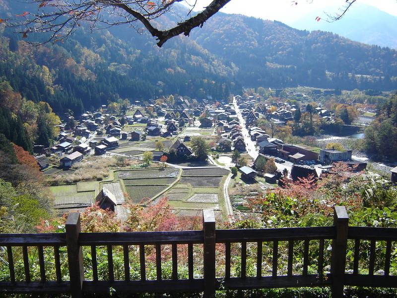 紅葉まっさかりの秋と雪景色が楽しめる季節!秋から冬にかけての白川郷は四季を感じられるよ ②