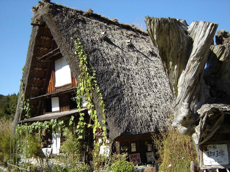 紅葉まっさかりの秋と雪景色が楽しめる季節!秋から冬にかけての白川郷は四季を感じられるよ ⑩