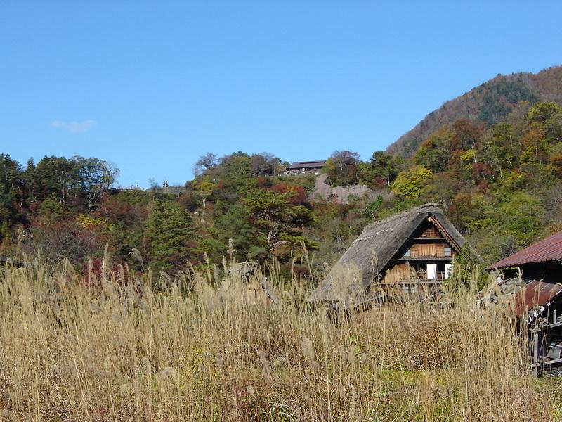 周りを山で囲まれた白川郷には、 綺麗な紅葉を見ることができるスポットが多数! お散歩がてら「紅葉狩り」へ 疲れたら美肌効果の高い「大白川温泉 しらみずの湯」でほっこり…♪ ②