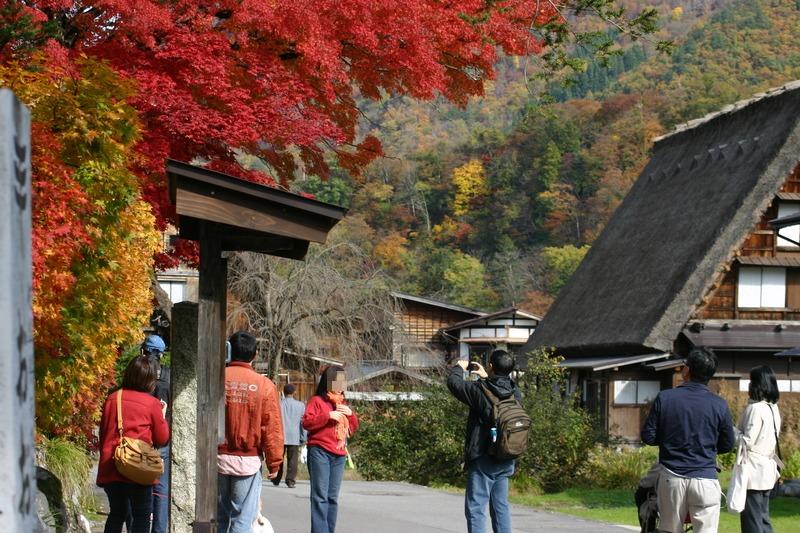 周りを山で囲まれた白川郷には、 綺麗な紅葉を見ることができるスポットが多数! お散歩がてら「紅葉狩り」へ 疲れたら美肌効果の高い「大白川温泉 しらみずの湯」でほっこり…♪ ⑦