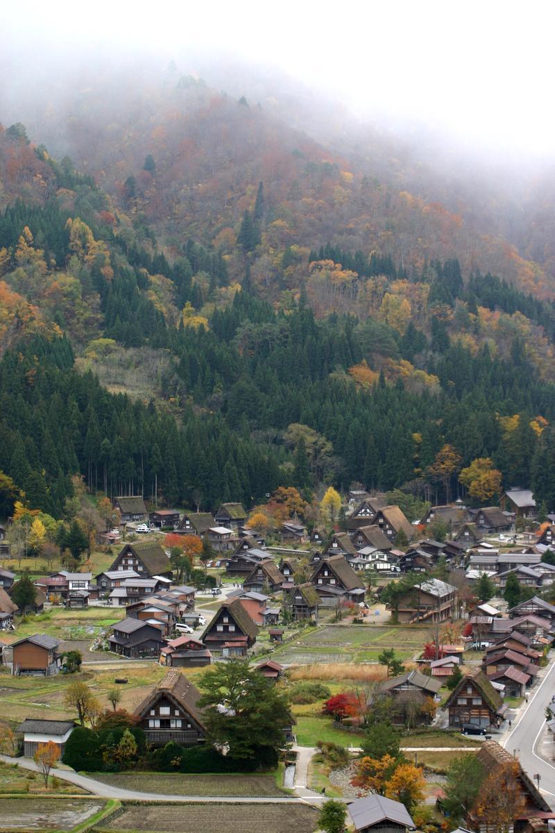 世界遺産 白川郷は 紅葉も終盤 木の葉の落ちた山々がじっと冬の便りを待っているようです ①