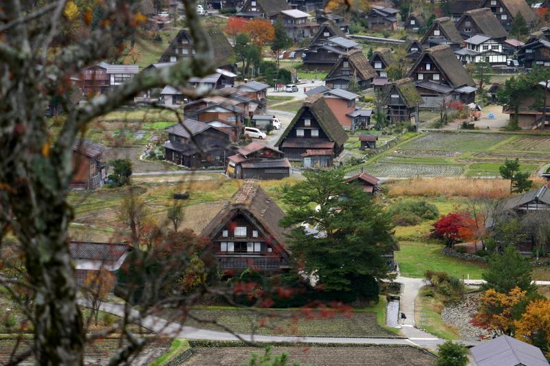 世界遺産 白川郷は 紅葉も終盤 木の葉の落ちた山々がじっと冬の便りを待っているようです ②