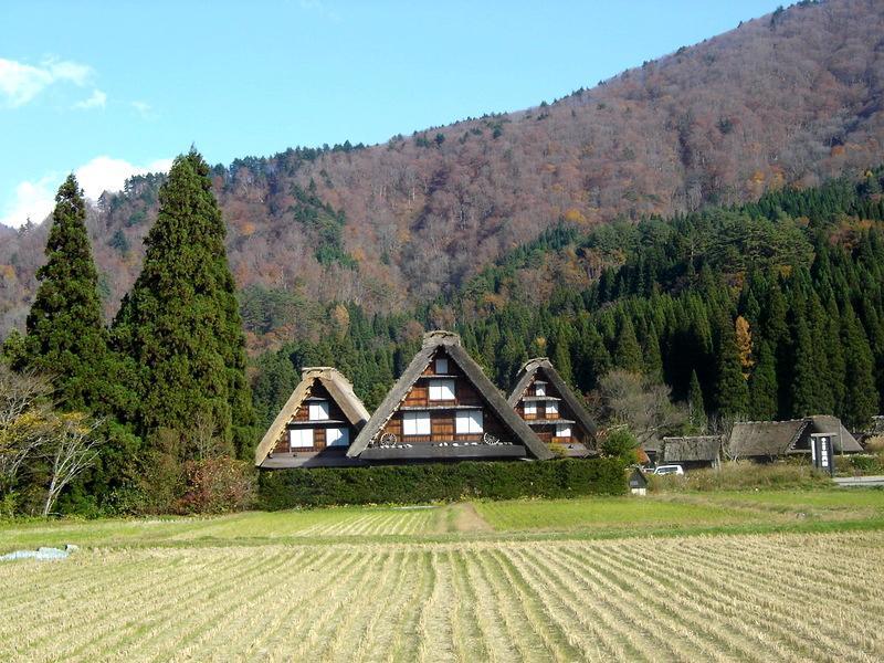 世界遺産 白川郷は 紅葉も終盤 木の葉の落ちた山々がじっと冬の便りを待っているようです ③