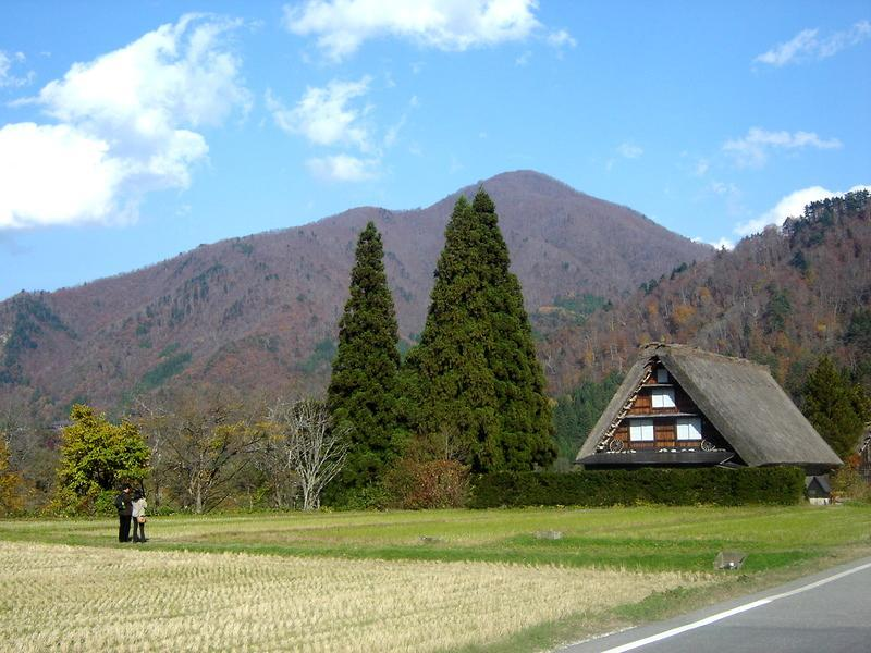 世界遺産 白川郷は 紅葉も終盤 木の葉の落ちた山々がじっと冬の便りを待っているようです ④