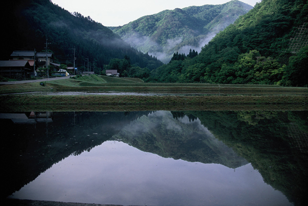【山間に映える水鏡の景色】2
