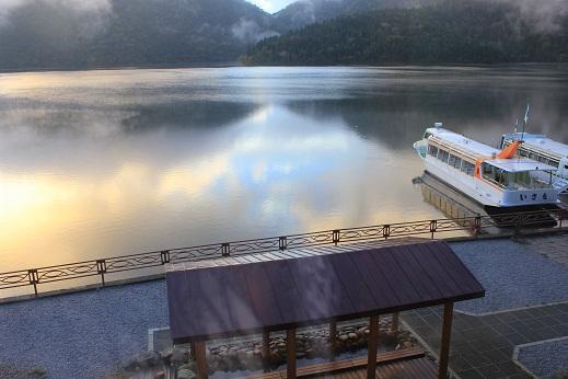 朝もやの然別湖