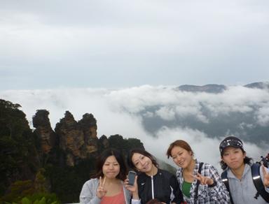 霧のスリーススターズと4人の女子学生
